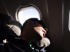 Tidur dekat jendela pesawat